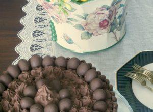 Dark Chocolate Cake di Pasqua con ganache al cioccolato fondente e zenzero e con ovetti e togo