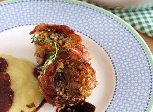 filetto di maiale con mandorle, salsa ai mirtilli, riduzione di aceto balsamico e purè di patate